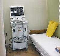 電気治療器やウォーターベッド、ローラーベッドのマッサージ器を用い、運動機能の回復を目指す。プライバシーに配慮し、各装置は個室に設置