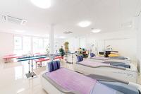 ウオーターベッドのあるリハビリテーション室。物理療法や運動療法で痛みの緩和を図ったり、運動機能の増強・維持のためのトレーニングを行う